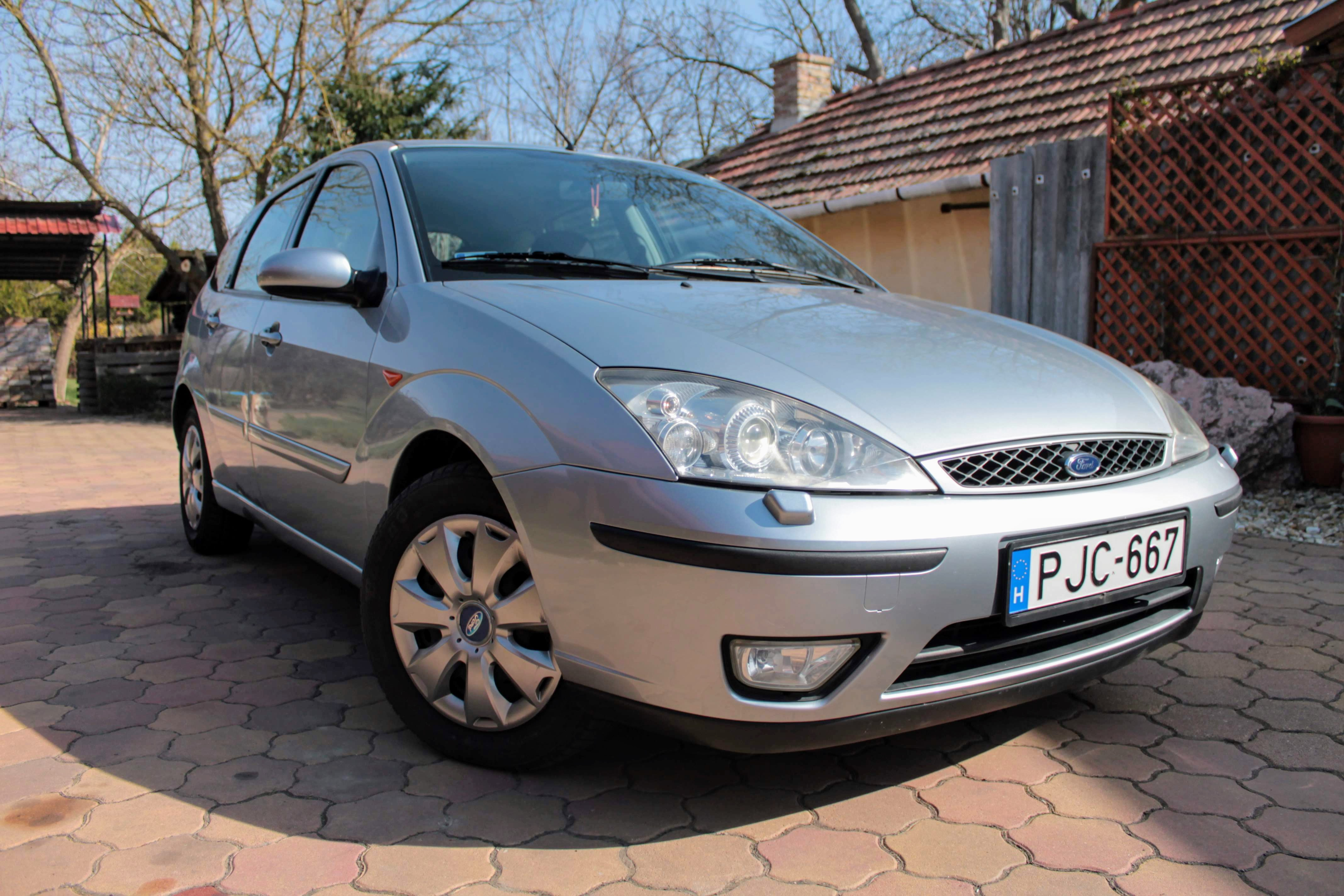 ford-focus-ghia-hatchback